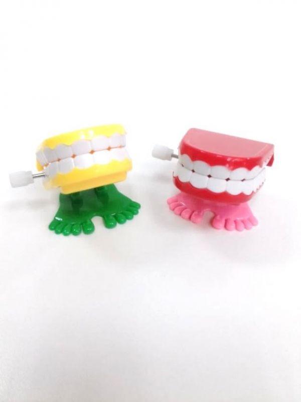 Juguete a cuerda dentadura