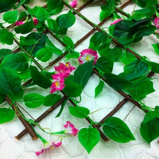 Cerca de hojas con flores